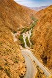 Maneira acima dos desfiladeiros du Dades em Marrocos Foto de Stock