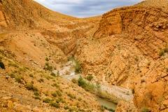 Maneira acima dos desfiladeiros du Dades em Marrocos Fotos de Stock