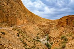 Maneira acima dos desfiladeiros du Dades em Marrocos Imagem de Stock