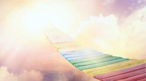 Maneira ao céu Por do sol ou nascer do sol com nuvens, raios claros e o outro efeito atmosférico ilustração royalty free