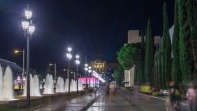 Maneira ao hyperlapse mágico do timelapse da mostra da luz da fonte na noite ao lado do Museu Nacional em Barcelona, Espanha 1000 vídeos de arquivo