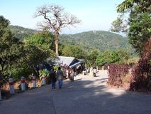 Maneira ao pagode de Kyaiktiyo ou à rocha dourada imagem de stock