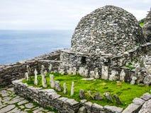 Maneira atlântica selvagem: Skellig Michael Monastery, o cemitério do ` das monges e grande oratória, construídos acima do Oceano imagem de stock