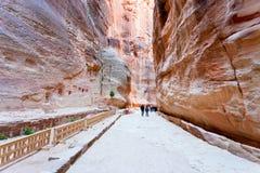 Maneira através do desfiladeiro de Siq de apedrejar PETRA da cidade, Imagem de Stock