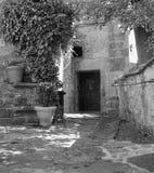 Maneira c?nico r?stica da entrada fora da constru??o medieval fotografia de stock