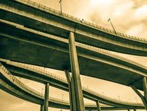 Maneira da antena e símbolo expressos da estrada do desvio da modernidade, fundo urbano futurista imagens de stock royalty free