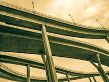 Maneira da antena e símbolo expressos da estrada do desvio da modernidade, fundo urbano futurista foto de stock