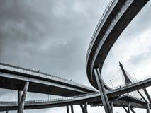 Maneira da antena e símbolo expressos da estrada do desvio da modernidade, fundo urbano futurista fotografia de stock royalty free