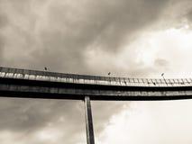 Maneira da antena e símbolo expressos da estrada do desvio da modernidade, fundo urbano futurista fotos de stock