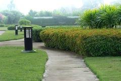 Maneira da caminhada e cargo da lâmpada no jardim Imagens de Stock