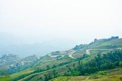 A maneira da curva na estrada da montanha Imagens de Stock Royalty Free