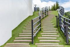 Maneira da escada no jardim verde Fotos de Stock Royalty Free
