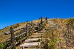A maneira de madeira longa na montanha é vista tão calma e bonita Imagem de Stock Royalty Free