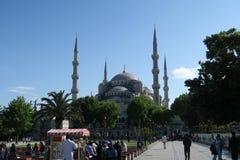 Maneira de passeio perto da mesquita azul - sultão-Ahmet-Camii, em Istambul, Turquia Fotos de Stock Royalty Free