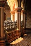 A maneira de salão com as colunas e os arcos projetados clássicos no palácio de bangalore imagens de stock