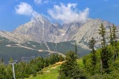 Maneira do cabo aéreo às montanhas no parque nacional, Eslováquia fotografia de stock