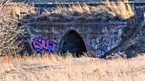 Maneira do derramamento da água com grafittis imagens de stock royalty free