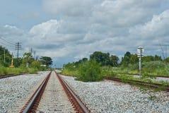 A maneira do trilho vai à cidade Fotografia de Stock Royalty Free