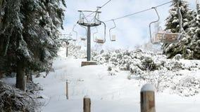 Maneira elevado da corda do passageiro na montanha do inverno cênico vídeos de arquivo