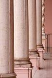 Maneira para fora com fileira de colunas de mármore cor-de-rosa imagem de stock royalty free