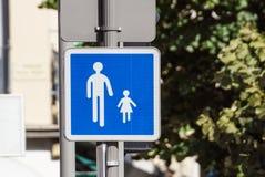 Maneira para pedestres - gene com criança, sinal Imagens de Stock Royalty Free