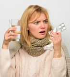 Maneiras de sentir melhores remédios rápidos da dor de cabeça e da gripe Obtenha livrado da gripe Lenço morno do desgaste de mulh foto de stock royalty free