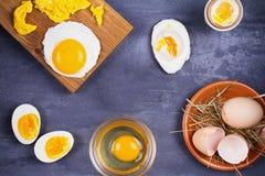 Maneiras diferentes de cozinhar ovos: scrambled, omeleta, fervido, cru e caçado Foto de Stock
