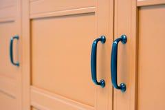 Maneja los soportes para las puertas de gabinete Diseño del dormitorio la atmósfera de la intimidad foto de archivo libre de regalías