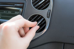 Maneje el aire acondicionado en un coche Imágenes de archivo libres de regalías