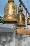 Maneje el sonido de una campana en un templo budista Fotografía de archivo