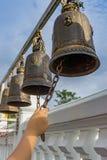 Maneje el sonido de una campana en un templo budista Imágenes de archivo libres de regalías