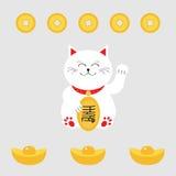 Удачливый кот держа золотую монетку Значок лапки руки кота Maneki Neco японца развевая Китайские деньги золотого ингота Стоковые Изображения