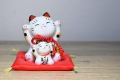 Maneki-neko是召唤猫的一个共同的日本小雕象 库存照片