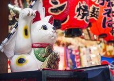 Maneki Neko猫日本幸运的标志商店前面 库存图片