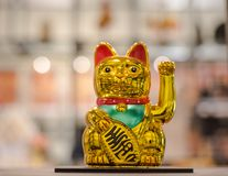 Maneki Neko,日本幸运的猫,小雕象金黄猫带来好 免版税库存照片