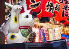 Maneki Neko Cat Japan shoppar det lyckliga symbolet framdelen arkivbilder
