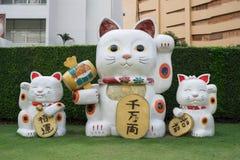 Maneki-Neko, eine glückliche Katze Japans vor Zugang Ekamai-Kaufhaus Stockbild