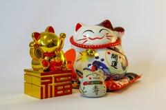 Maneki Neko - japansk välkomnande katt arkivfoton