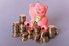 Maneki neko Katze mit Münzen Lizenzfreies Stockfoto