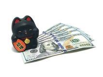 Maneki Neko, montrant Lucky Black Cat et des billets d'un dollar du doigt Photos libres de droits