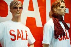 manekiny robią zakupy przez okno Zdjęcie Stock