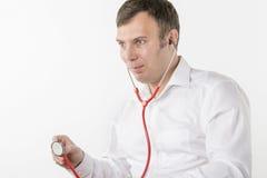 Manen är det hållande stetoskopet Arkivfoton