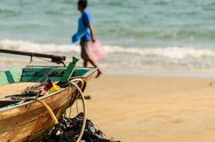 Ensam man av en strand i ett tyst hav på fiske Royaltyfri Foto