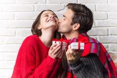 Manen ger en gåva till kvinnan Jul nytt år Royaltyfri Fotografi