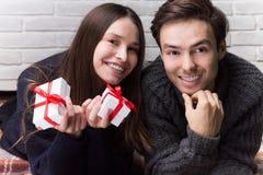 Manen ger en gåva till kvinnan Jul nytt år Royaltyfria Bilder