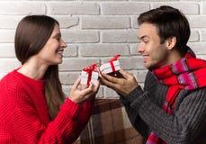 Manen ger en gåva till kvinnan Jul nytt år Arkivfoto