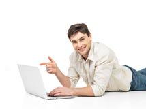 Manen med bärbar dator och pekar på avskärma Royaltyfria Bilder