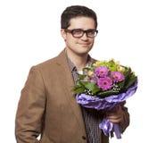 Manen med blommor räcker in Arkivfoto