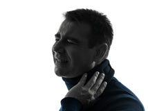 Manen med cervical förser med krage neckachesilhouetteståenden Royaltyfri Fotografi