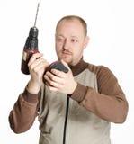 Manen med drillborren bearbetar med maskin Royaltyfri Fotografi
